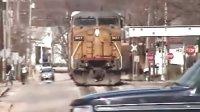 高清美国铁路重载列车之:Union Pacific联合太平洋铁路公司No.1.小镇铁路公路并行