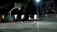 男生们打篮球