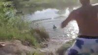 美女骑车摔跤飞身入湖