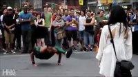 实拍街头艺人逆天弹跳