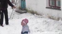 【发现最热视频】倒霉蛋儿!铲房顶的雪自己也被铲下来
