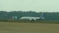 空中巨无霸A380降落滑行