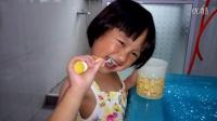 小妹妹第一次刷牙