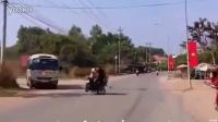 两摩托迎头相撞瞬间