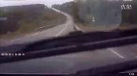 轿车雨天上坡打滑失控,迎头撞上下坡渣土车