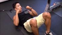 Danny Joe 示范腹肌仰卧起坐与臀部训练