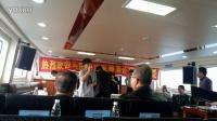 将军一行乘船考察大鹏半岛途中,北大艺术系学生魏丹向各位首长及嘉宾演唱歌曲联欢。