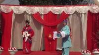 朱腊梅和周晓灵表演黄梅戏路遇