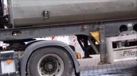 沃尔沃 EC 240 挖土机在装载卡车