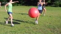 搞笑的瑜伽球足球赛