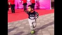 2岁娃跳广场舞,敢看笑哭你【牛人】