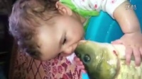 童真总是最无邪的,看小破孩与鱼的故事
