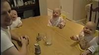 歡樂四胞胎 四胞胎的爸爸忙著搞笑,四個小傢伙好High,重點是他家桌子是特製的四個洞