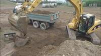 卡特彼勒 320C 挖掘机在装载卡车