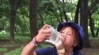 岛国一哥们,2升的水一口气喝完。看到最后我吐了。这是葫芦娃转世啊!