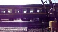 K340次列车通过佳木斯市通园巷铁路道口