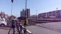 6272次列车通过佳木斯市通园巷铁路道口
