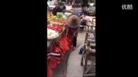 暗拍水果摊贩掉包客人水果只需2秒_高清