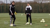 足球训练:个人盘带抬头练习