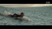 鲨滩.:美女误入鲨鱼进餐区,这下悲剧了!