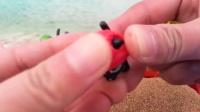 奥特曼沙滩拆健达奇趣蛋04小猪佩奇拆蛋游戏出奇蛋玩具蛋食玩亲子小游戏