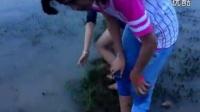 漂亮女孩在泥里抓螃蟹,回忆儿时的乐趣_标清