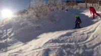 2岁滑雪小天才轻松飞跃雪包 卖萌装哭撒个娇