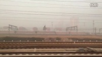 高铁动车组快速驶出石家庄站,与一排特快列车擦肩而过!