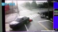 电动车与轿车因抢快发生碰撞 肇事车竟倒车再次碾到妇人