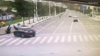 恐怖!越野车冲上斑马线撞飞3路人