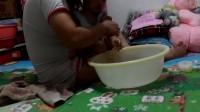 女儿1岁7个月零15天   给宝贝洗澡