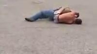 小孩单挑中年壮汉 - 两次使用裸绞 - 打架斗殴街斗