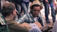 【感动人的音乐街景】街头音乐家让流浪汉吃惊了