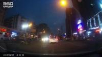 远光灯太刺眼 实拍轿车撞上过路的摩托