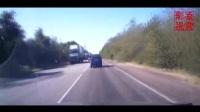 行车记录仪实拍黑色轿车高速出口自己救了自己,差一点被大货车给收了,安全行车,远离大车