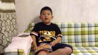 【6岁】7-1哈哈在家里背诵英文单词,读英文课本IMG_9042