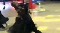 狐步《醉乡》(国际标准舞大赛)我国316选手何童,苏梦妮在《英国黑池世界最高级别国标舞比赛》中,夺得第一名,飘逸的舞姿如燕子穿帘,清彻轻盈,赏心阅目。
