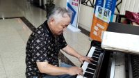 (明星志愿者杨浩良在服务)上海第十人民医院2号楼大厅