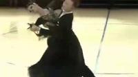 狐步《醉乡》歌伴舞中国选手316何童,苏梦妮在《英国黑池世界最高级别国标舞比赛》中,夺得第一名,飘逸的舞姿如燕子穿帘,清彻轻盈,赏心阅目。