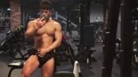 韩国超帅欧巴在健身房镜子前秀肌肉