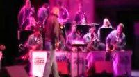2010格莱美爵士乐队演奏的:A Mis Abuelos