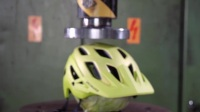 液压机压头盔,场面相当壮观!