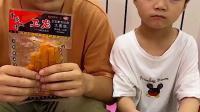 趣味童年:爸爸有好吃的辣条 萌娃什么都没有 不开心