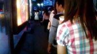 【拍客】武汉武胜路公交站乘客排队文明乘车