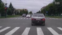 纠结!车都越过斑马线了,这红灯闯不闯呢?