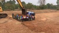 卡特彼勒320CU挖掘机在装载卡车