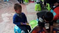 玩沙沙的孩子