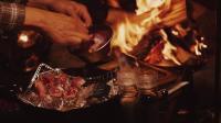 单身露营 用篝火烤厚的和牛牛排