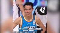 青岛主帅吴庆龙不满裁判连续判罚场边怒摔领带,裁判马上对其警告