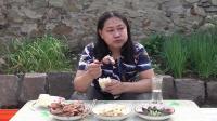 今天晚上吃个早饭,朱坤买的烤鸭凉皮松花蛋,味道美美哒